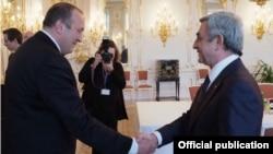 Президент Армении Серж Саргсян (справа) приветствует своего грузинского коллегу Георгия Маргвелашвили (слева), Прага, 24 апреля 2014 г. (Фотография – пресс-служба президента Армении)