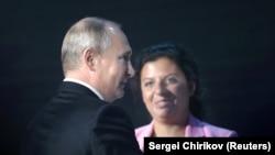 Орусиянын президенти Владимир Путин жана RT телеканалынын башкы редактору Маргарита Симонян. Москва. 6-июль, 2018-жыл.