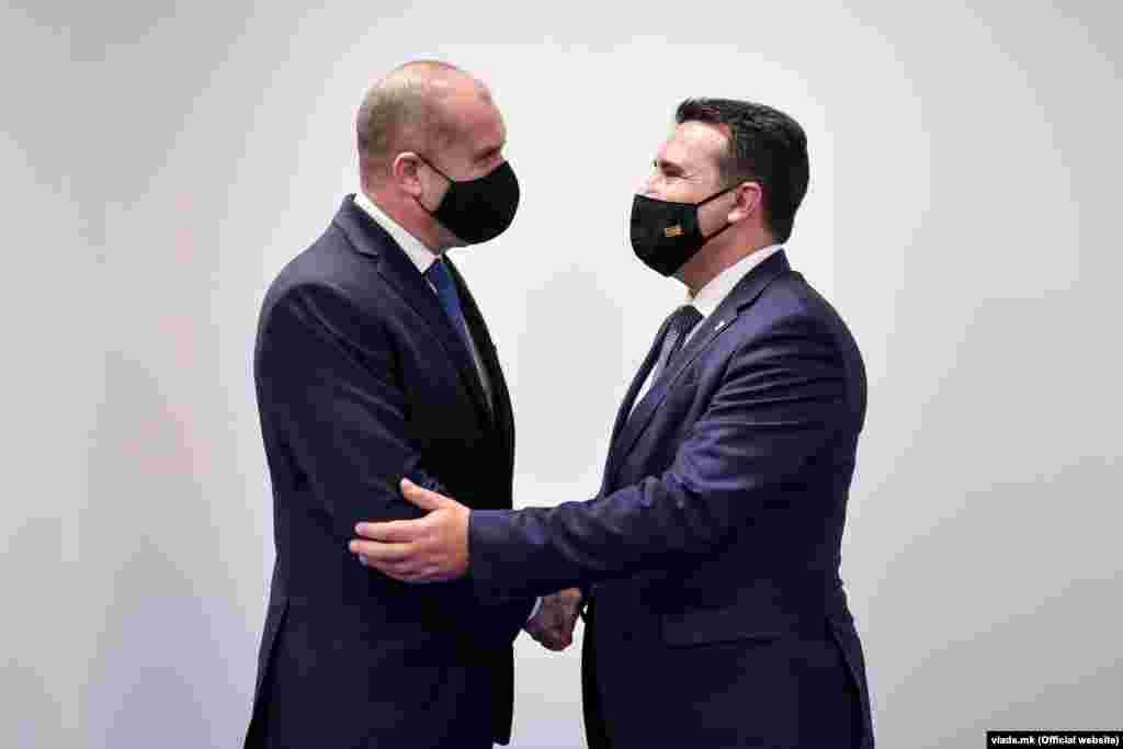МАКЕДОНИЈА / БУГАРИЈА - Ниту е европски, ниту е исправно да се мешате во внатрешните работи на другите земји, изјави премиерот Зоран Заев коментирајќи ја Декларацијата на Македонците во Бугарија во која бараат Македонија да запре со непринципиелните компромиси со Бугарија. Бугарскиот претседател Румен Радев денеска одново имаше поплаки за, како што рече, дискриминација на Бугари во Македонија.