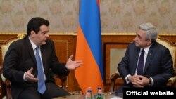 Президент Армении Серж Саргсян (справа) принимает сегодня министра национальной обороны Кипра Христофороса Фокаидиса, Ереван, 27 мая 2015 г.
