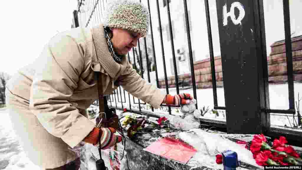 Жителі Києва та гості столиці приносять іграшки до посольства Росії на пам'ять про загиблих дітей у авіакатастрові, що сталася 19 березня