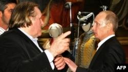 ولادیمیر پوتین (سمت راست) و ژرار دوپاردیو در موزه روسیه- سن پترزبورگ، ۲۰۱۰