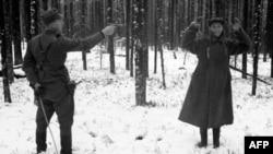 Фин солдаты совет шпионы дип шикләнелгән кешегә корал төбәгән, Rukajärvi, 1942 ел (фин армиясе архивыннан)