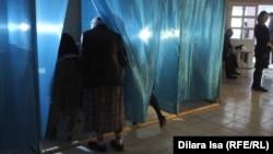 """Шымкенттегі """"Достық"""" ықшаауданында орналасқан 1030-сайлау бөлімшесіндегі дауыс беру. Шымкент, 26 сәуір 2015 жыл."""