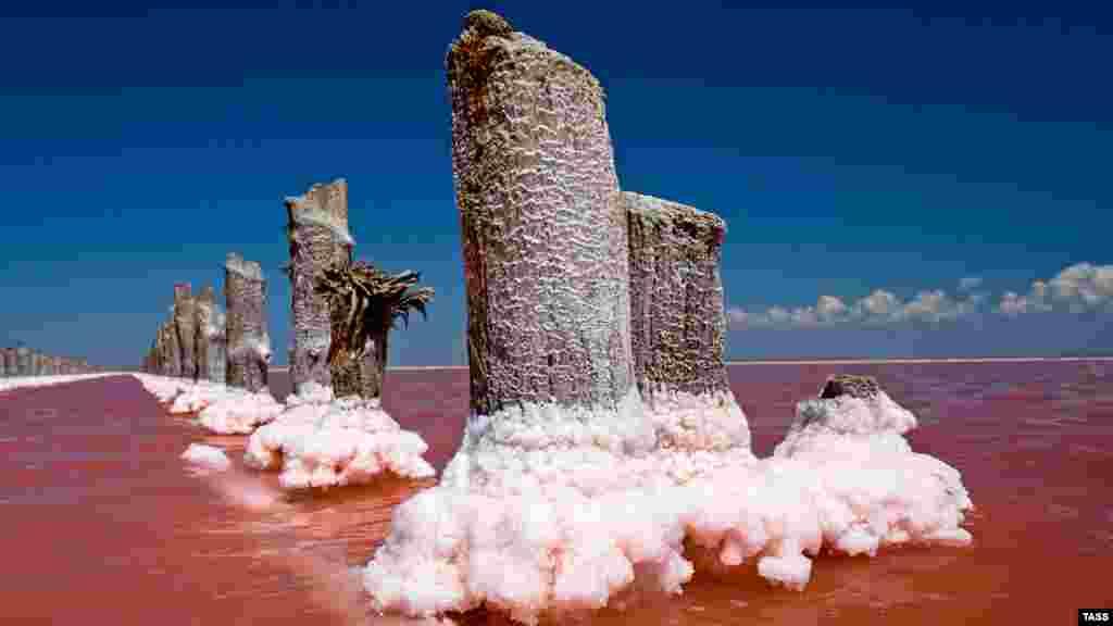Название озера в переводе с тюркского означает «зловонная грязь». Такое наименование водоем получил благодаря специфическому запаху. Под пластом соли находится черный и темно-серый ил, также известный как лечебная грязь. Ее издавна применяли для лечения дерматологических и сердечно-сосудистых заболеваний