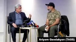 Нікол Пашинян (праворуч) веде переговори з Сержем Сарґсяном 22 квітня 2018 року. Сарґсян незабаром подасть у відставку з прем'єрської посади.