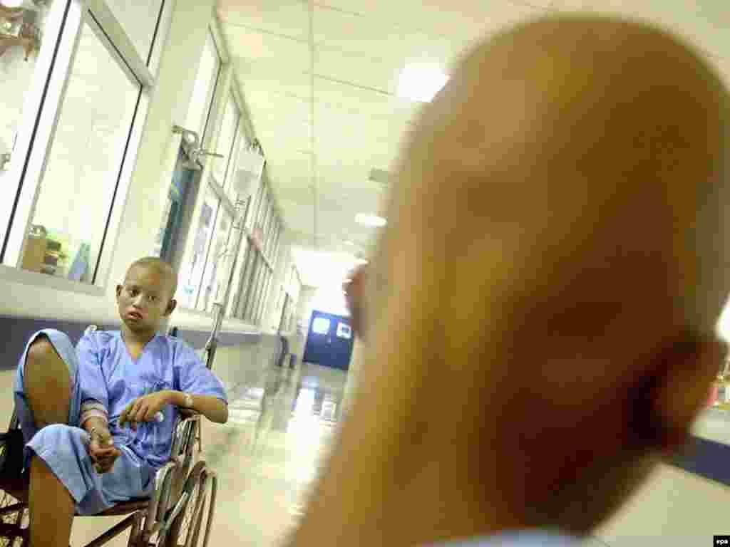 2. U 2004. godini 7,4 milijuna ljudi umire od karcinoma - 13% od ukupno umrlih u svijetu - Foto: oboljeli od leukemije,Bangkok, Tailand