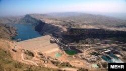 سد گتوند علیا که بر روی رودخانه کارون ساخته شده است، بلندترین سد خاکی ایران است.