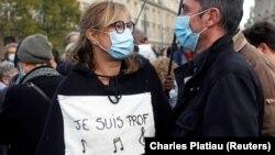 """""""Аз съм учител"""". Хиляди се събраха и в Париж, за да отдадат почит на Самюел Пати"""