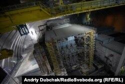 Із висоти близько ста метрів, з-під стелі конфайнменту, нам відкривається краєвид на саркофаг четвертого енергоблоку ЧАЕС. Масштаби вражають