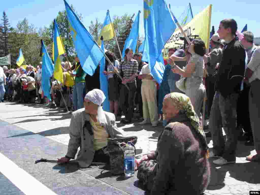 Рік 2009-й, Сімферополь, площа Леніна. День пам'яті жертв депортації – це день єдності поколінь. Ті, хто бачив «теплушки» на власні очі, і ті, хто народився у вільному Криму – сьогодні разом.