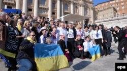 Папа Римський Франциск (у центрі) під час зустрічі з українцями на аудієнції у Ватикані 18 лютого 2015 року