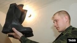 Рәсемдә солдат итеге.