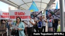 Активисты организации «Обеспечьте народ жильем» перед входом в генеральное консульство США. Алматы, 31 мая 2016 года.