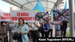 Активисты организации «Обеспечьте народ жильем» поют песню «Меным елим» перед входом в генеральное консульство США. Алматы, 31 мая 2016 года.