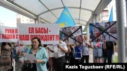 Активисты организации «Обеспечим народ жильем» поют песню перед входом в генеральное консульство США. Алматы, 31 мая 2016 года.
