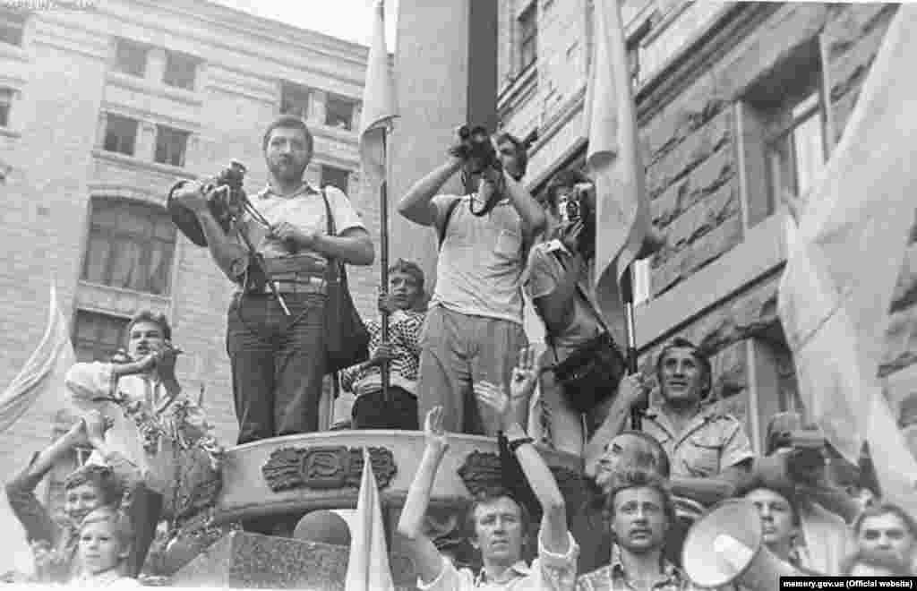 АРХІВНЕ ФОТО. Біля прапорної щогли, 24 липня 1990 року. ВІДЕО ПІДНЯТТЯ ПРАПОРА