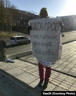 Ирина проводит пикет у театра драмы и комедии, ноябрь 2017-го
