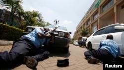 Қарулы топ басып алған «Вестгейт» сауда орталығы алдындағы көлікті тасалаған полиция. Найроби, Кения, 21 қыркүйек 2013 жыл.