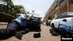 Полиция подступается к зданию торгового центра Westgate в столице Кении, которое было захвачено боевиками. 21 сентября 2013 года.