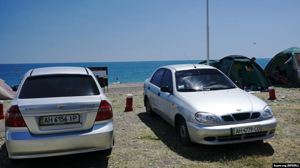 Есть там машины и с украинскими номерами, в основном – донецкими