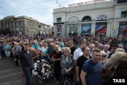 People line up on September 2 outside the Donetsk Opera and Ballet Theatre to pay their respects to the late separatist leader Aleksandr Zakharchenko.