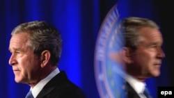 U.S. -- President Georgeبه نوشته نیویورک تایمز جرج بوش تحت تاثیر مقامهای بلندپایه آمریکایی و از جمله رابرت گیتس، وزیر دفاع، با حمله به تاسیسات اتمی ایران مخالفت کرده است. (عکس: epa)