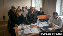 Володимир Горбенко (у центрі) в херсонському суді, 6 квітня 2018 року