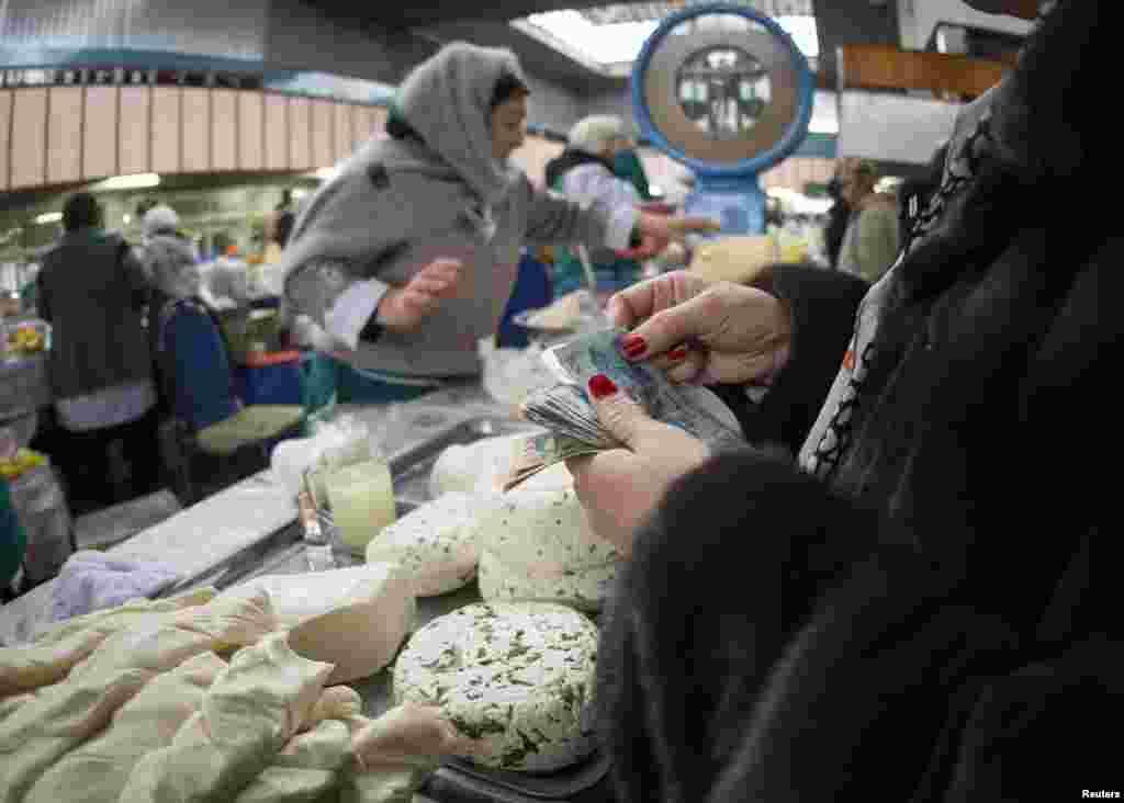 Алматының Көк базарында теңгеге сауда жасап тұрған адамдар. 24 қаңтар 2015 жыл.