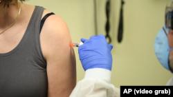 Испытание вакцины от коронавирусной инфекции COVID-19 в США. Иллюстративное фото.