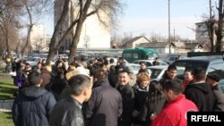 Opposition parties and NGOs organized a protest against pressure on broadcasters including RFE/RL's Kyrgyz Service, on March 15.