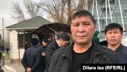 Гражданский активист Нуржан Мухаммедов у КПП городского департамента полиции. Шымкент, 5 декабря 2019 года.
