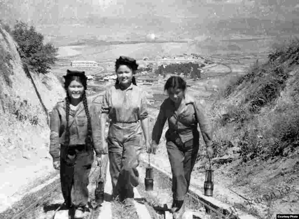 Молодые шахтеры возвращаются со смены. 1945 год. Кок-Жангак.