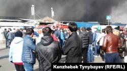 """""""Барахолкадағы"""" өртке қарап тұрған адамдар. Алматы, 17 қараша 2013 жыл."""