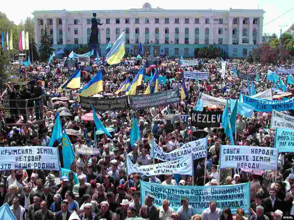 Рік 2006-й, Сімферополь, площа Леніна. Центральна площа міста через непорозуміння все ще носить ім'я Леніна, який ніколи в Криму не бував. Кримські татари з національними та державними прапорами вимагають справедливого вирішення земельного питання.