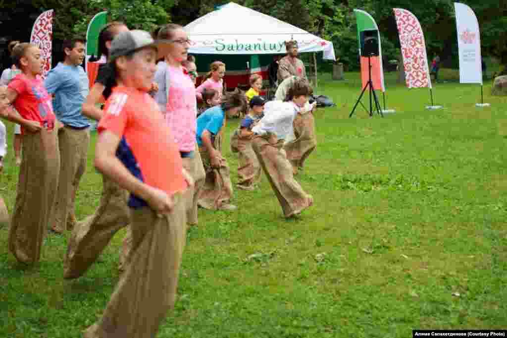 Он традиционно сопровождается спортивными конкурсами и состязаниями.