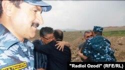 Tajikistan/Sughd region -- Meeteng Tajik and Kyrgyz officials in Isfara district, 23Jun2012