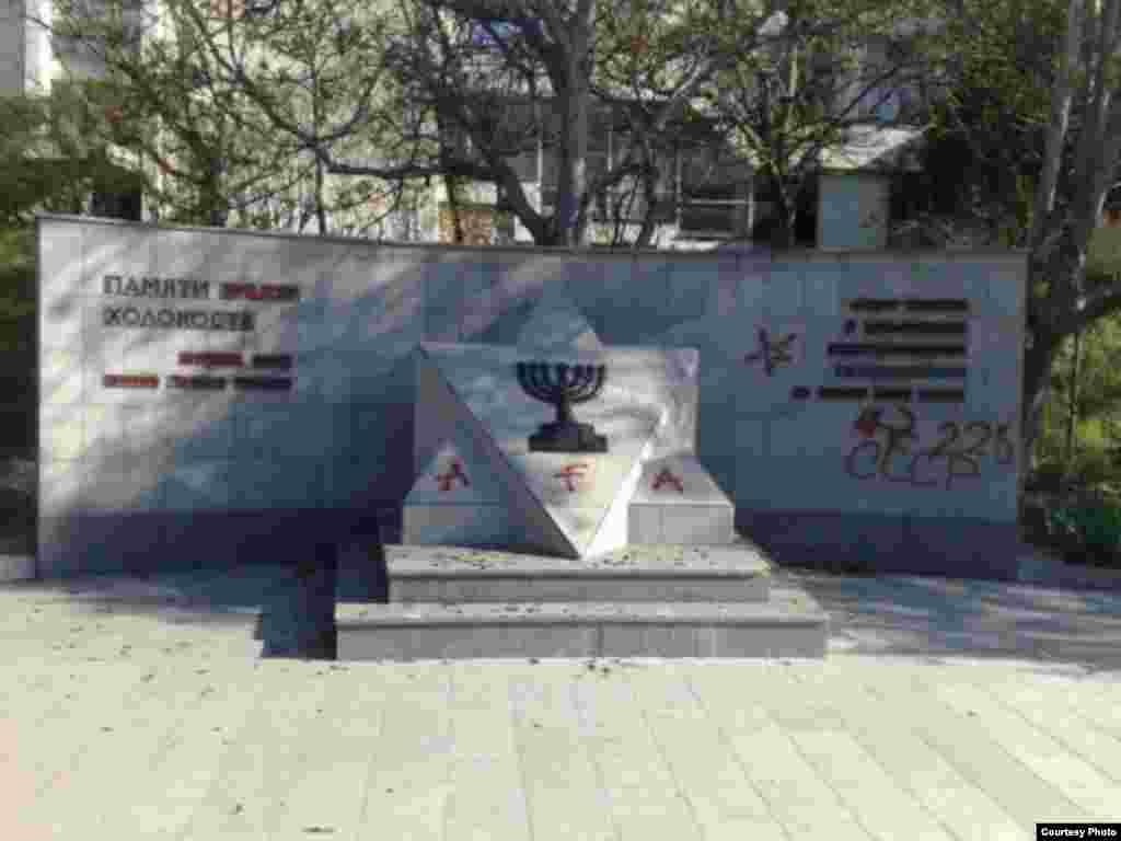 У Севастополі є пам'ятник жертвам Голокосту, який належить до історії найменш численного корінного народу півострова – кримчакам. Меморіал був встановлений у 2003 році на місці розстрілу нацистами кількох тисяч євреїв і кримчаків (які традиційно сповідують іудаїзм). На цьому фото, зробленому в квітні 2014 року, пам'ятник осквернили вандали
