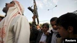 Сторонники повстанцев-хуситов протестуют против воздушных ударов коалиции, возглавляемой Саудовской Аравией, Сана, 10 апреля 2015 года.