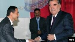 Президент Таджикистану Емомалі Рахмон (праворуч) прибув на виборчу дільницю, Душанбе, 6 листопада 2013 року