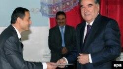 Президент Таджикистана Эмомали Рахмон (справа) на участке для голосования в президентских выборах. Душанбе, 6 ноября 2013 года.