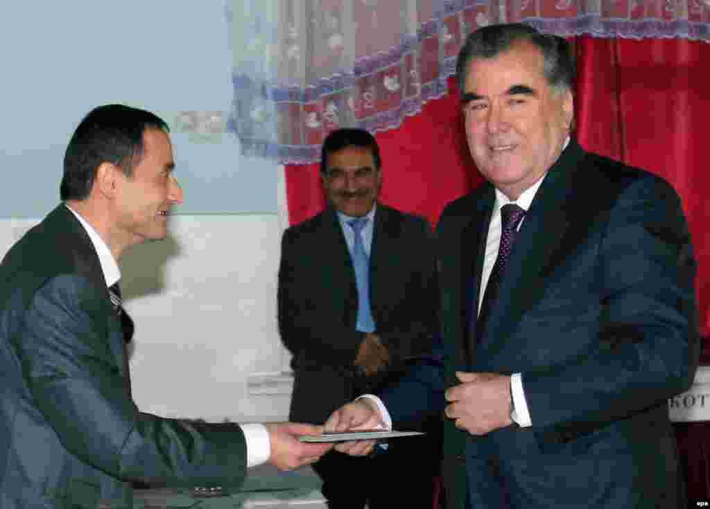 Центральная избирательная комиссия Таджикистана 7 ноября объявила, что победу на выборах, как и ожидалось, одержал действующий президент Эмомали Рахмон (справа на фото). Он набрал более 83 процентов голосов, что обеспечивает Рахмону новый семилетний срок на посту президента. 61-летний президент находится у руля власти с 1992 года. Журналисты Таджикской редакции Азаттыка зафиксировали на видео серию нарушений во время выборов.