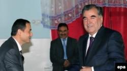 Эмомали Рахмон на избирательном участке в день президентских выборов 6 ноября