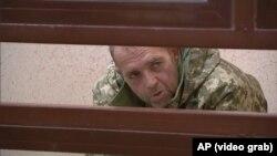 Один из задержанных Россией украинских моряков в суде.