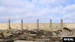 Dövlət Yol Polisinin Qaradağdakı postundan başlamış düz Qobustan qəsəbəsinə qədər yol boyu dənizin sahili 4 metrlik hasara alınıb