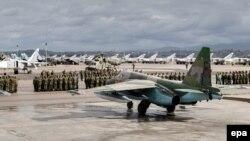 Ресей әскерінің Сириядан шығарылу рәсімінде тұрған ресейлік және сириялық әскери қызметкерлер. Сириядағы әскери база, 15 наурыз 2016 жыл. (Ресей қорғаныс министрлігі жариялаған сурет.)