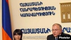 Заместитель министра территориального управления Ваче Тертерян на пресс-конференции. Ереван, 20 июля 2010 г.