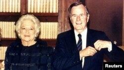 Бывший президент США Джорж Буш со своей супругой Барбарой Буш. 1989 год.