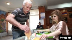 Armenia - A voter casts a ballot at a polling station in Yerevan, 6May2012.