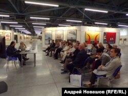 """Елена Шипицина (среди слушателей крайняя справа) на круглом столе """"Формы"""""""